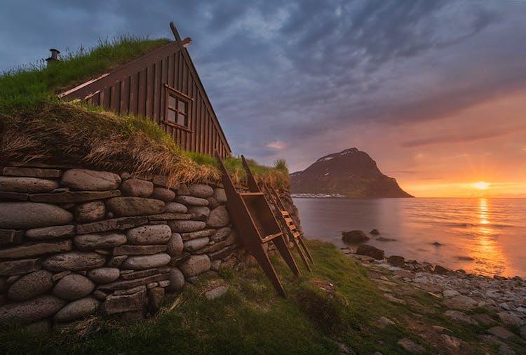 บ้านหลังคาหญ้าดั้งเดิมของไอซ์แลนด์ในฟยอร์ดทางตะวันตก