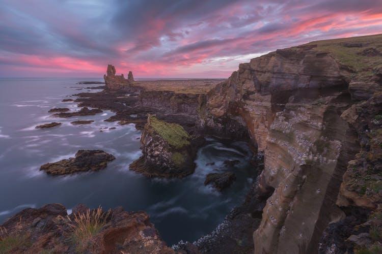 La costa irregular de la península de Snæfellsnes bajo el sol de medianoche.