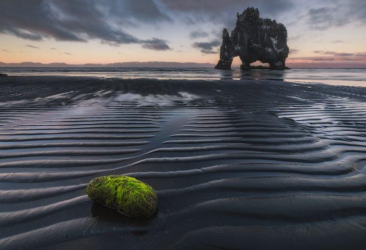 El espectacular pilar de roca Hvítserkur se puede encontrar en el norte de Islandia.