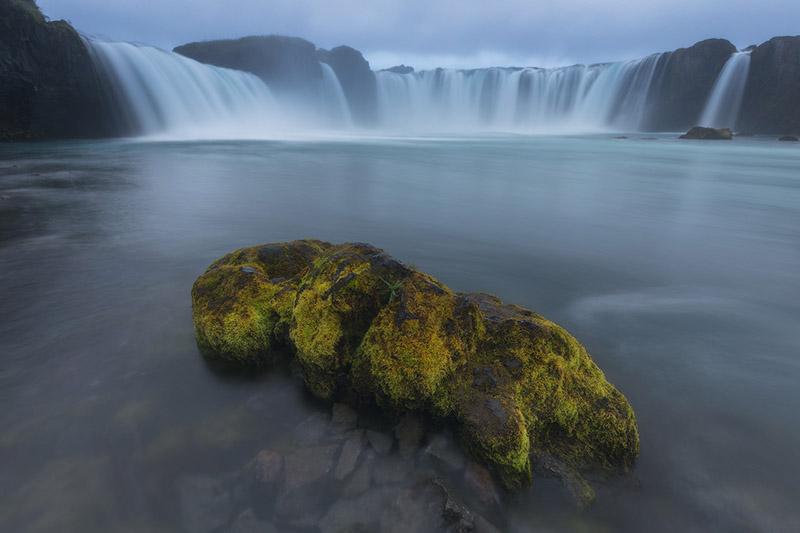 น้ำตกโกดาฟอสส์เป็นหนึ่งในน้ำตกที่สวยงามที่สุดในประเทศไอซ์แลนด์.