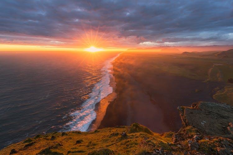 ความงดงามของพระอาทิตย์ตกดินในชายฝั่งทางใต้ของประเทศไอซ์แลนด์.