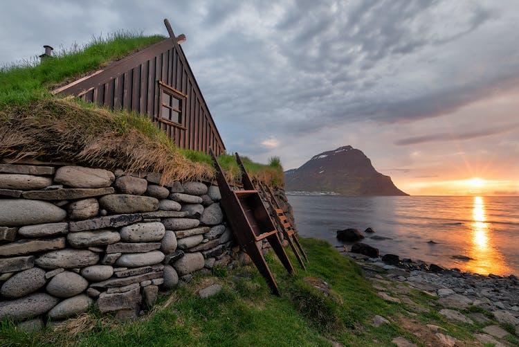 ฟยอร์ดทางตะวันตกเป็นหนึ่งในภูมิภาคที่มีประชากรน้อยที่สุดในประเทศไอซ์แลนด์.