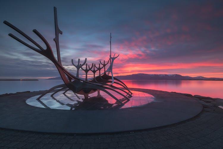 拍摄于冰岛雷克雅未克,午夜阳光的灿烂色彩。