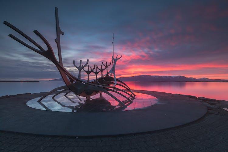 Die leuchtenden Farben der isländischen Mitternachtssonne über Reykjavik.