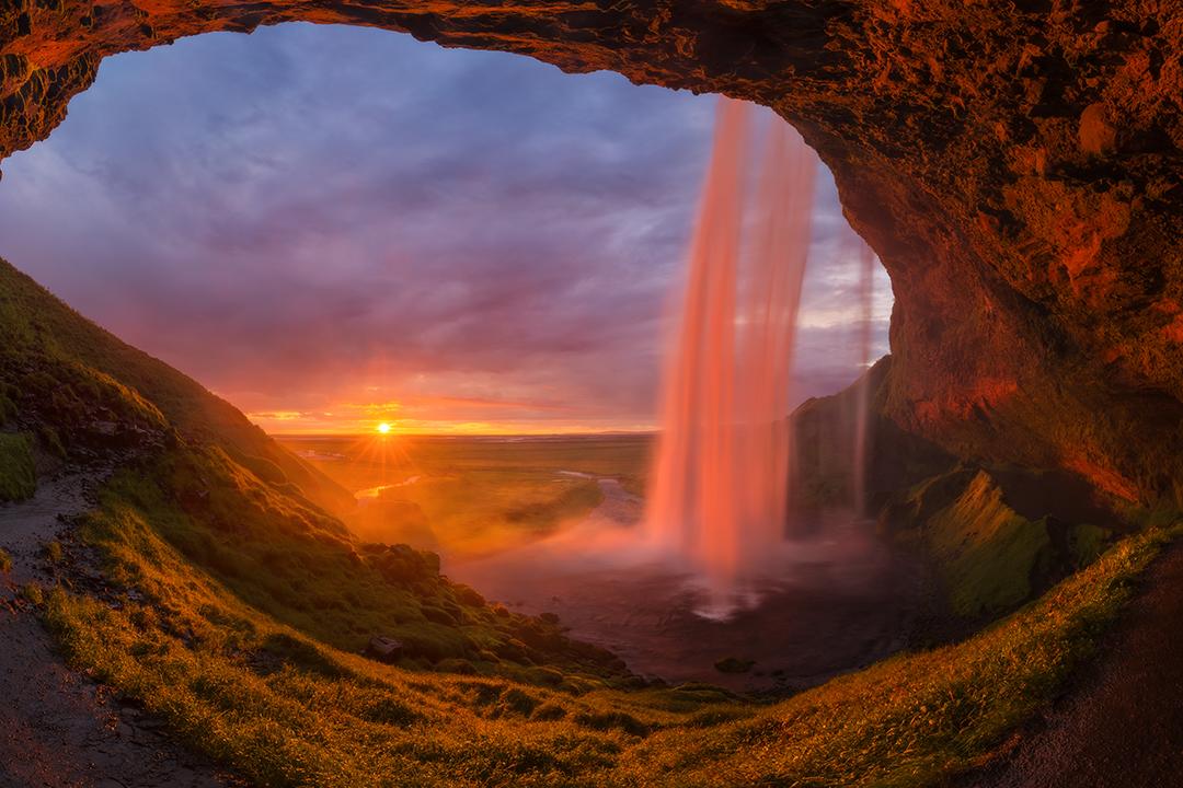 มีถ้ำขนาดใหญ่ด้านหลังน้ำตกเซลยาแลนศ์ฟอสส์ที่นักท่องเที่ยวสามารถเดินไปชมได้รอบบริเวณ.