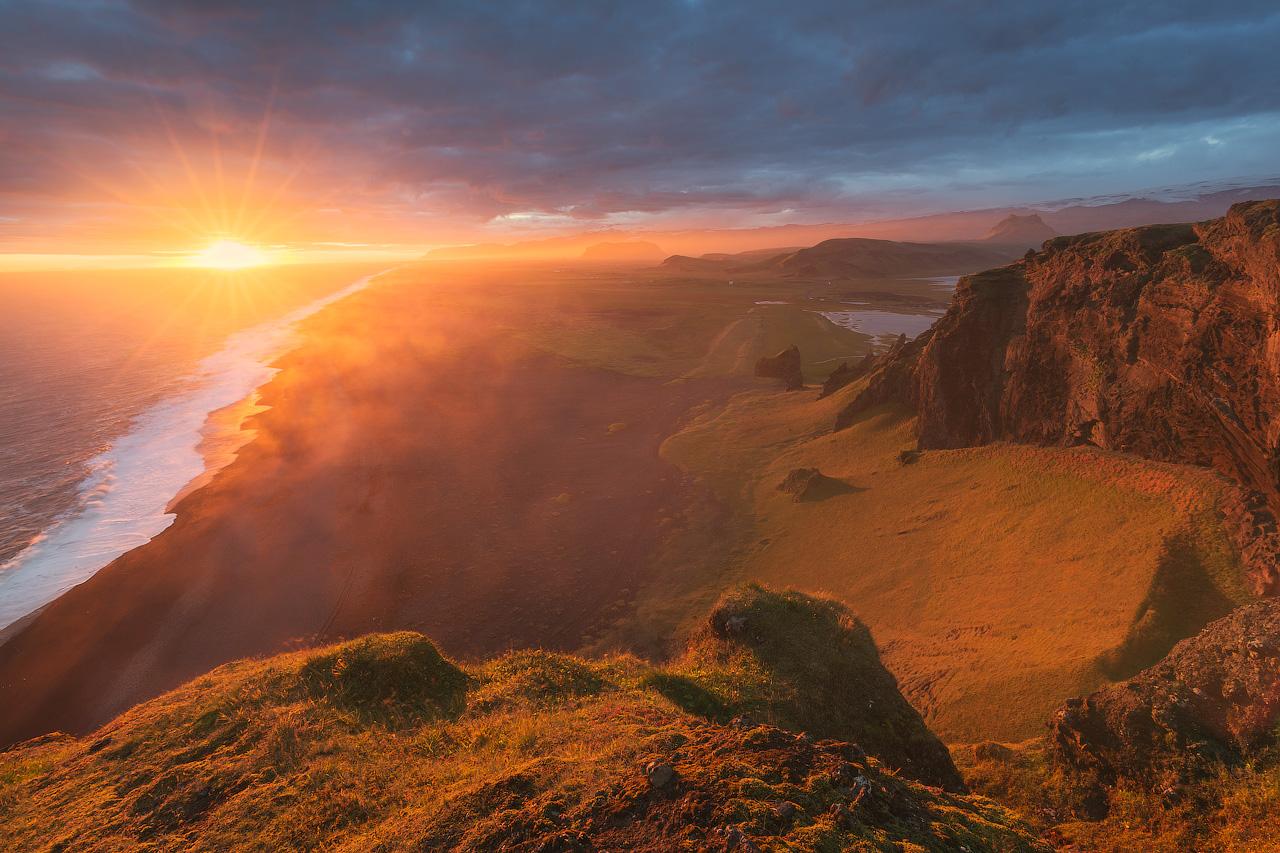 ทรายสีดำพร้อมด้วยพลังงานของมหาสมุทรแอตแลนติกในชายฝั่งทางใต้ของประเทศไอซ์แลนด์.