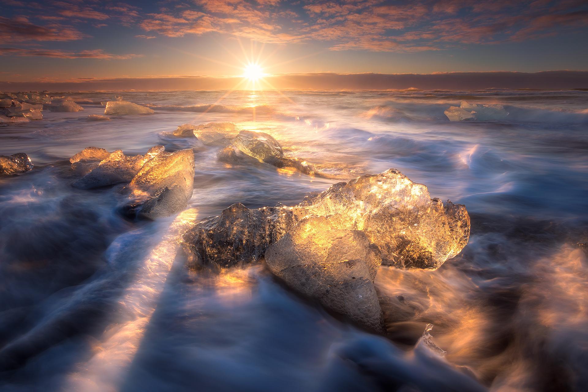 冰岛钻石沙滩上的大冰块在一天的任何时候都能给人留下深刻的印象。