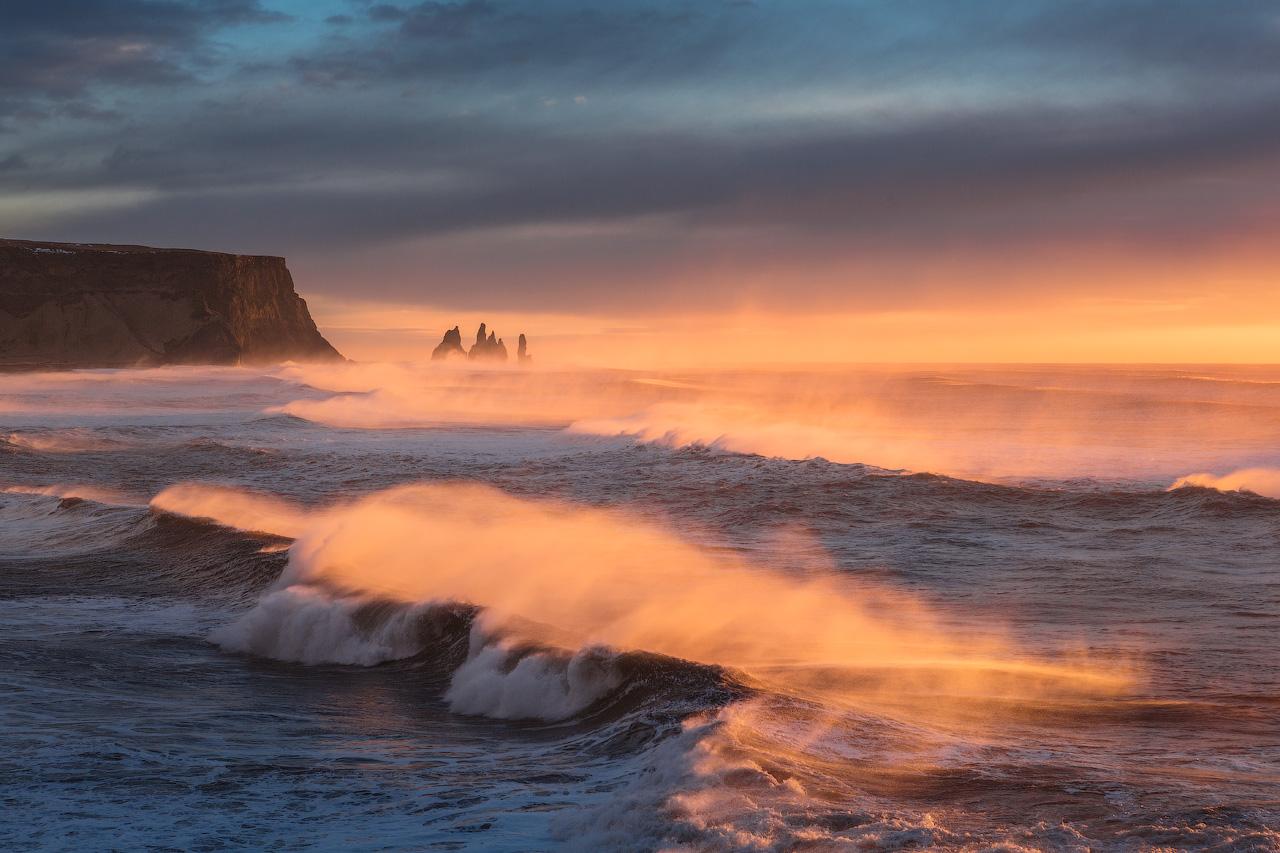 เกลียวคลื่นขนาดใหญ่ของมหาสมุทรแอตแลนติกบนทรายสีดำของชายฝั่งทางใต้ของประเทศไอซ์แลนด์.