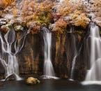 Der Wasserfall Hraunfossar im Westen Islands besteht aus mehreren kleinen Flüssen und Bächen.
