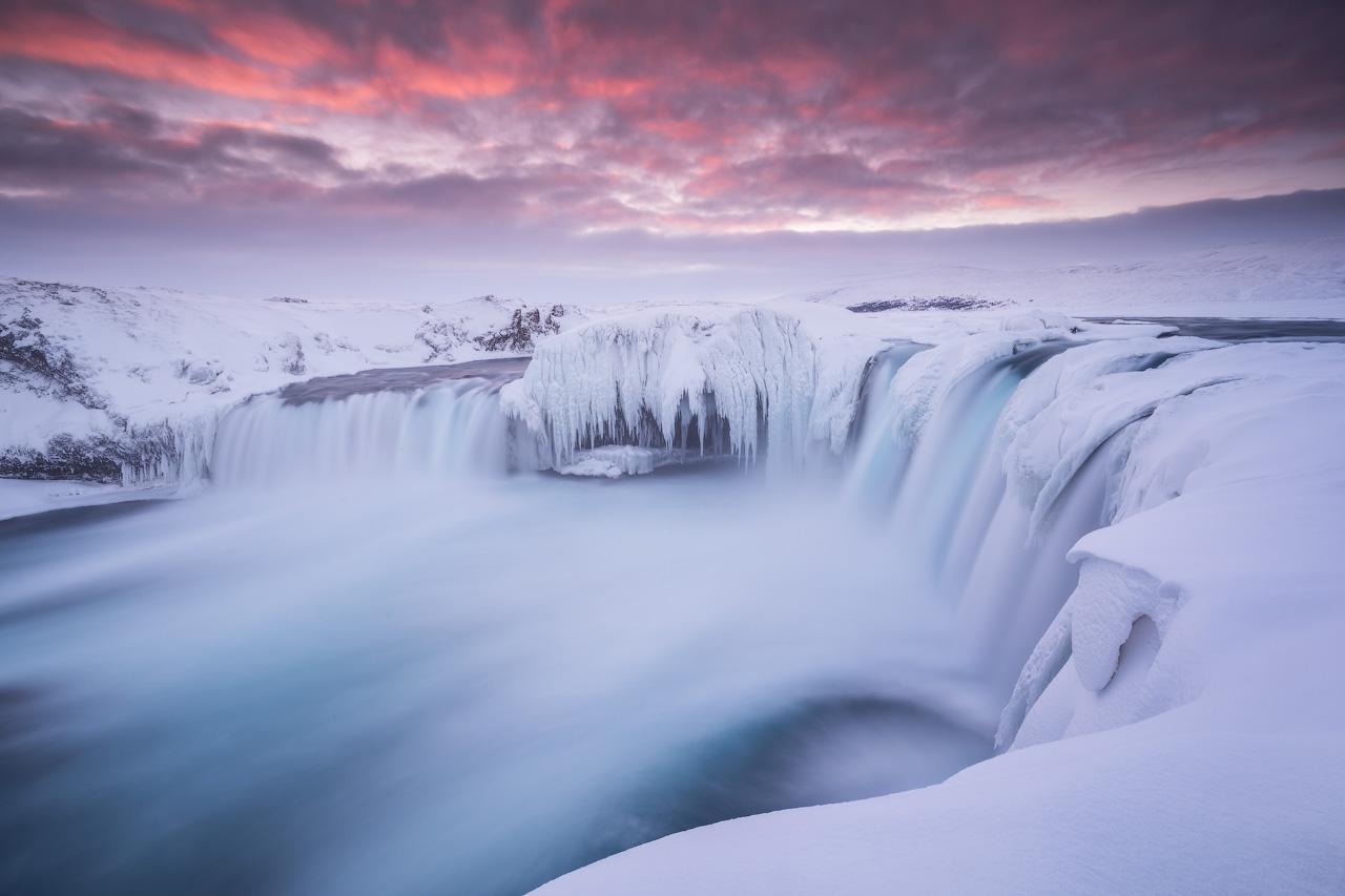 Der Wasserfall Godafoss ähnelt im Winter einem knorrigen Eismonster, da er teilweise gefriert.