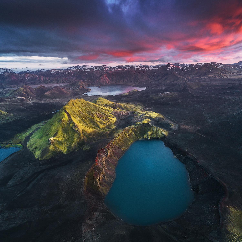 Le cratère Bláhylur abrite un lac d'un bleu éclatant et sa couleur vivante est capturée au coucher du soleil.