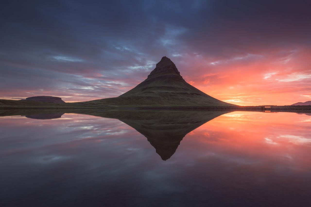 Kirkjufell, la montagne la plus photographiée d'Islande, se trouve sur la péninsule de Snæfellsnes.