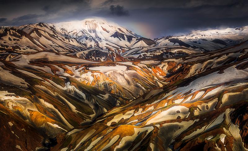 สีสันที่สวยงามของภูเขาไปในลานมันนาเลยการ์ในไฮแลนด์ประเทศไอซ์แลนด์