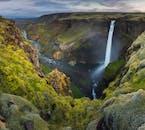 Des cascades pittoresques et une flore luxuriante se trouvent dans les hautes terres d'Islande.