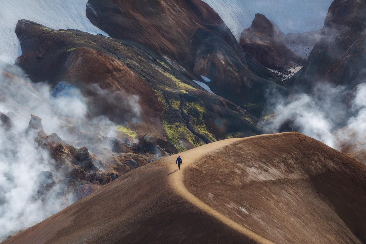 Der Boden in der Bergregion Kerlingarfjöll in den Highlands dampft.