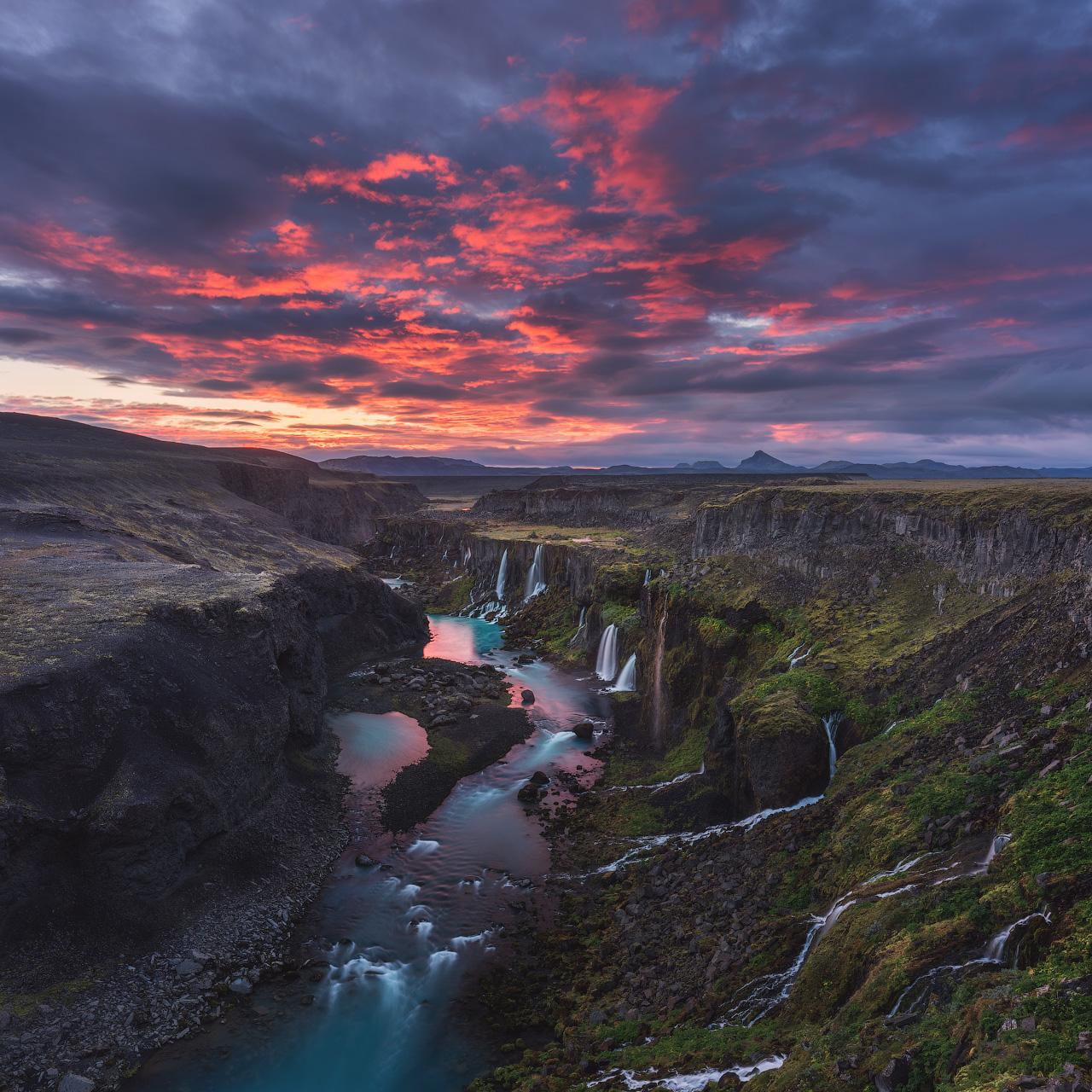 หุบเขาของน้ำตกที่น่าตื่นตาในประเทศไอซ์แลนด์.
