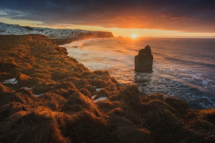 Reynisfjara黑沙滩上的雷尼斯德兰格玄武岩石柱群(Reynisdrangar)。