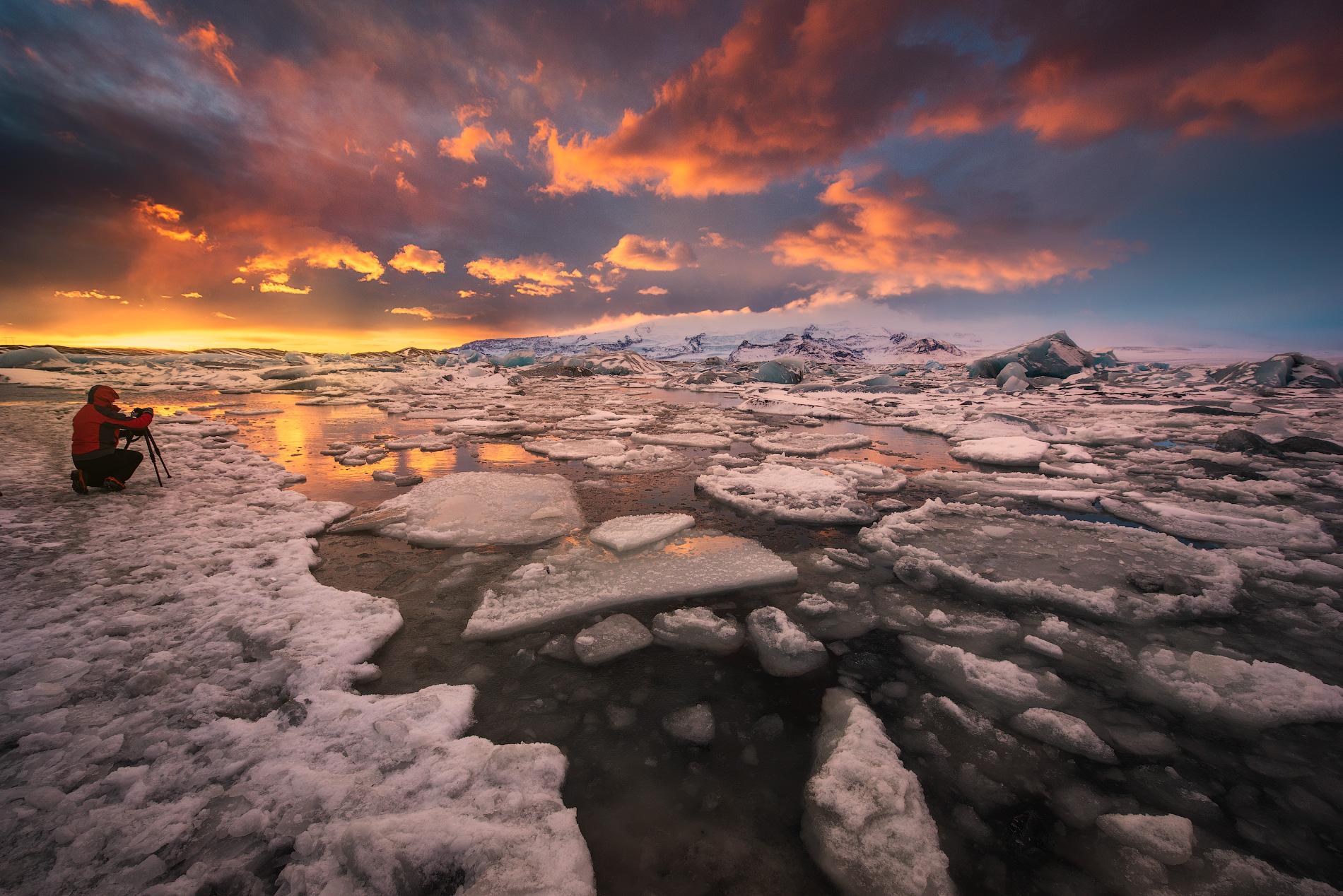 Golden Hour, the perfect photography time at Jökulsárlón glacier lagoon.