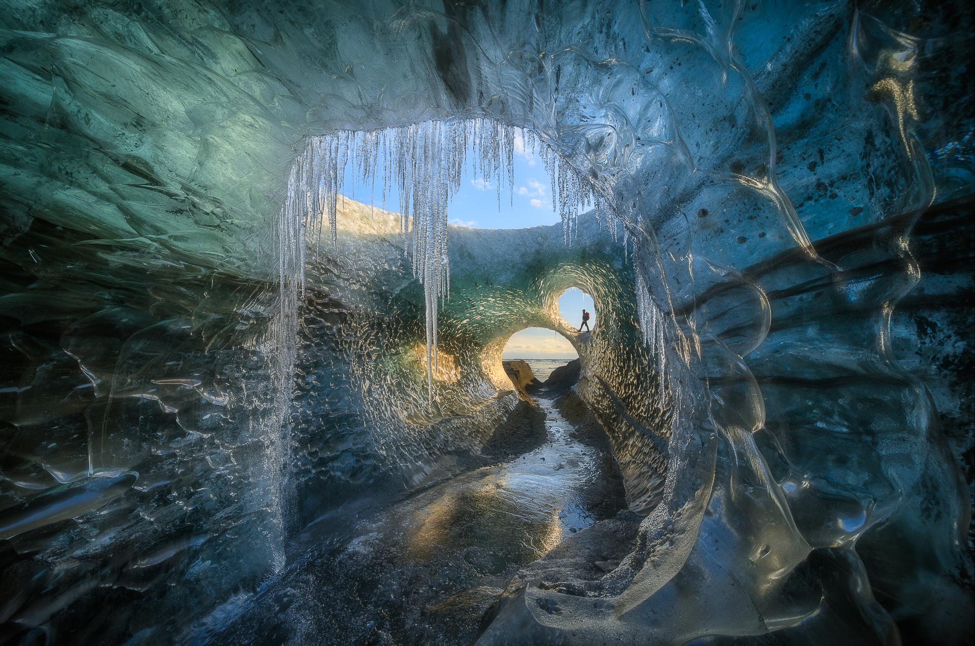 Glaçons à l'intérieur d'une authentique grotte de glace dans le parc national de Vatnajökull.