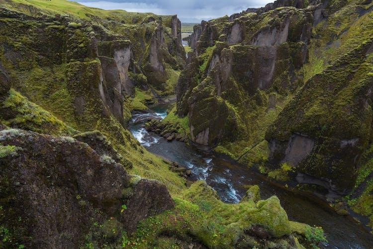 ความงดงามของหุบเขาฟจาร์ดาร์กลจูฟูร์บนชายฝั่งทางใต้ของประเทศไอซ์แลนด์.