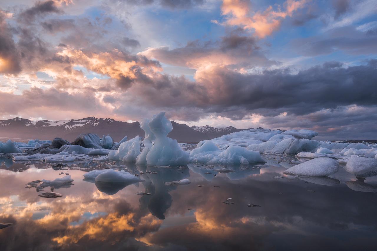 通过这个私人摄影团,在杰古沙龙冰河湖拍摄巨大的冰山。