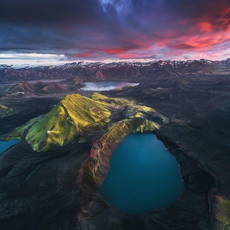 Der wunderschöne Bláhylur-Krater von oben – so kann man das herrliche, leuchtendblaue Wasser am besten fotografieren.