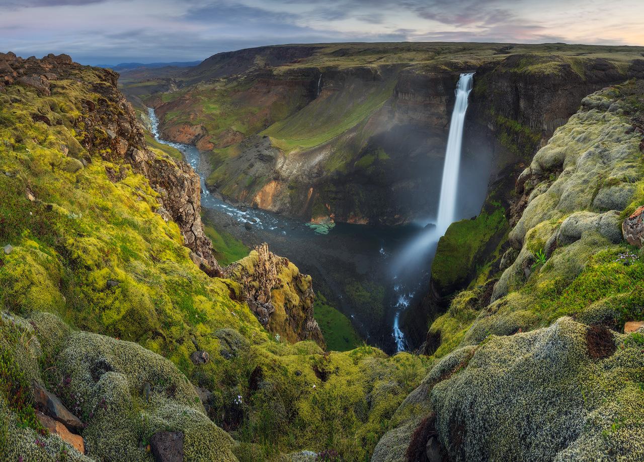 Háifoss si getta da grandi altezze in mezzo ai remoti altopiani islandesi, conosciuti per la loro bellezza selvaggia.