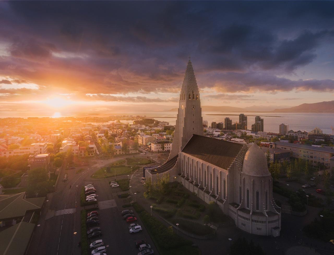 Die Hallgrímskirkja-Kirche ist wohl eine der bekanntesten Sehenswürdigkeiten in der Hauptstadt Reykjavik. Hier ist sie in das warme Licht des Sonnenuntergangs getaucht.