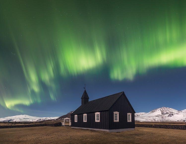 ระหว่างช่วงเดือนใบไม้ร่วงในประเทศไอซ์แลนด์ เป็นไปได้ที่จะได้เห็นแสงเหนือเช่นเดียวกับในรูป ที่กำลังเต้นรำอย่างมีชีวิตชีวาอยู่ด้านหลังของโบสถ์ปูดิร์.