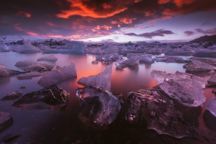 在冰岛东南部的杰古沙龙冰河湖(Jökulsárlón),冰山闪闪发光,反射出落日余晖的温暖色彩。