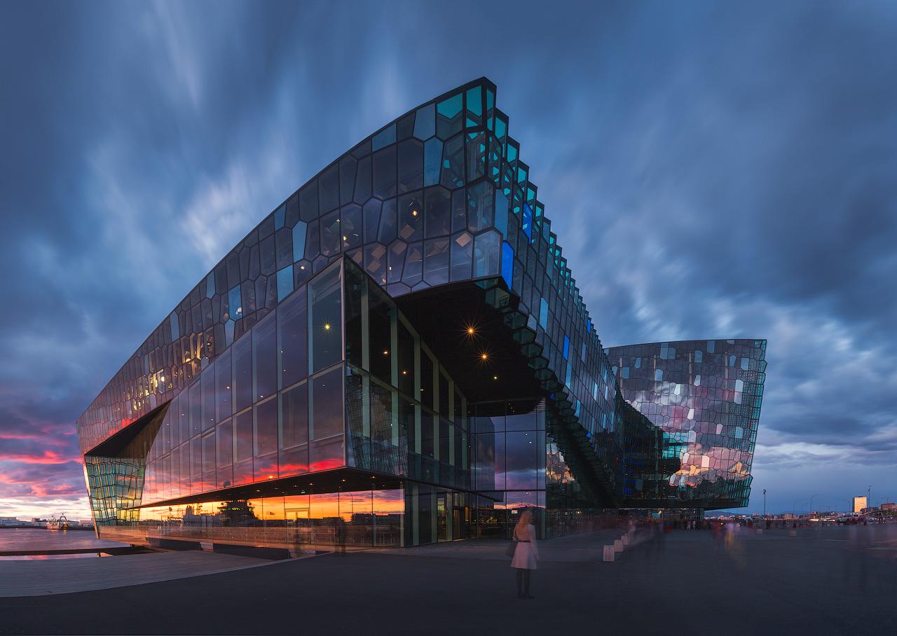 Die Konzerthalle Harpa steht in der Nähe des Hafens in der Innenstadt von Reykjavik und beeindruckt mit ihrer Architektur.