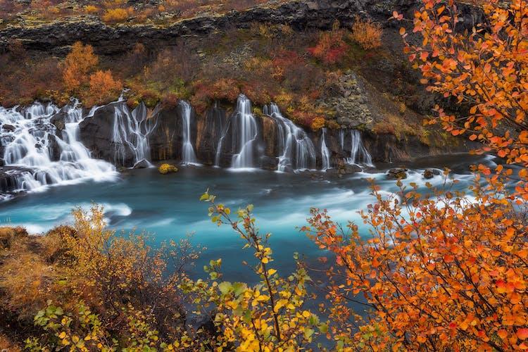Hraunfossar heißt übersetzt 'Lavafall'.
