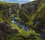 หุบเขาที่น่าตื่นตาและทุ่งดอกไม้ที่งดงามสามารถหาชมได้ทั่วไปในประเทศไอซ์แลนด์ช่วงฤดูร้อน.