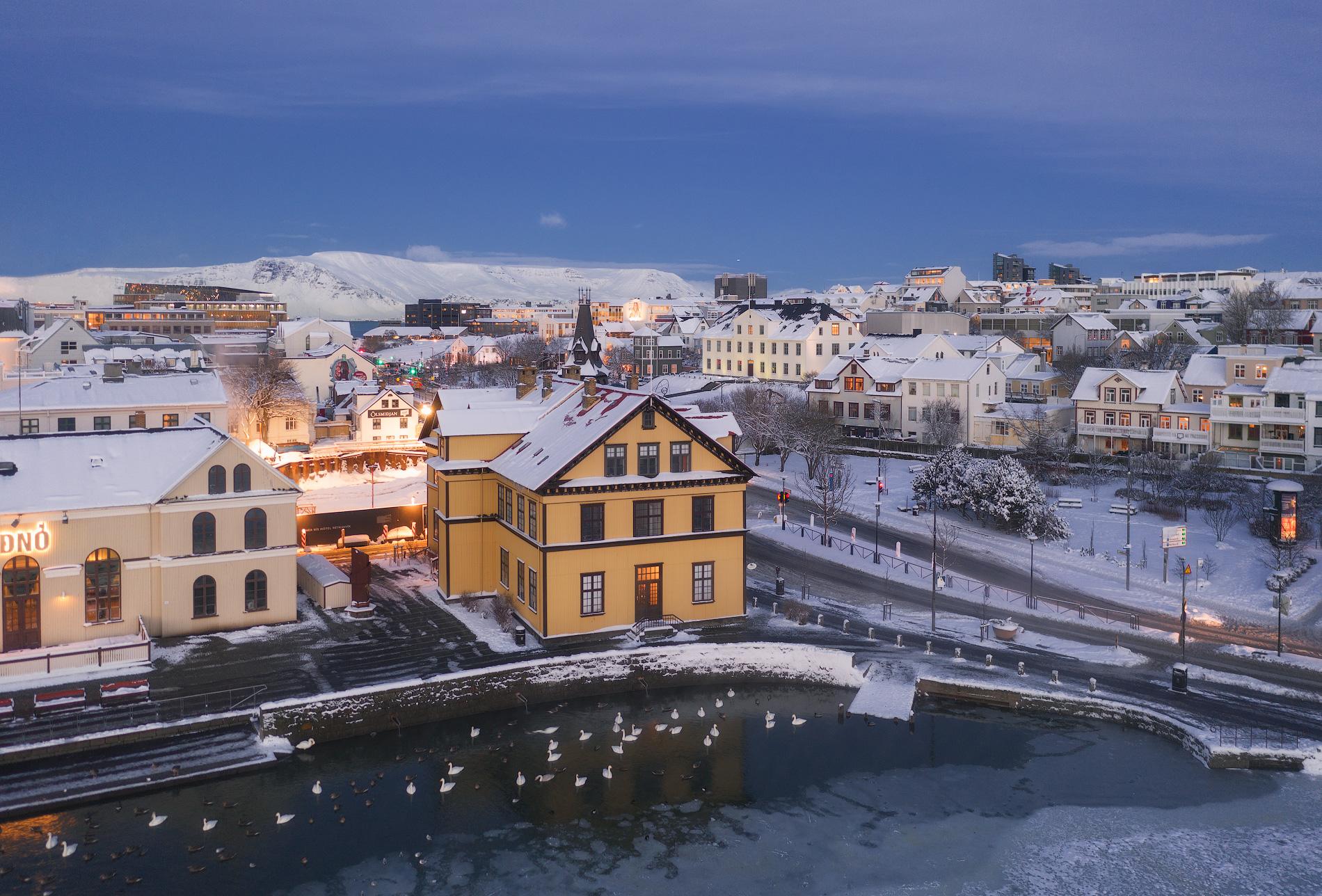 ใจกลางเมืองเรคยาวิกที่มีหิมะฟุ้งกระจาย.