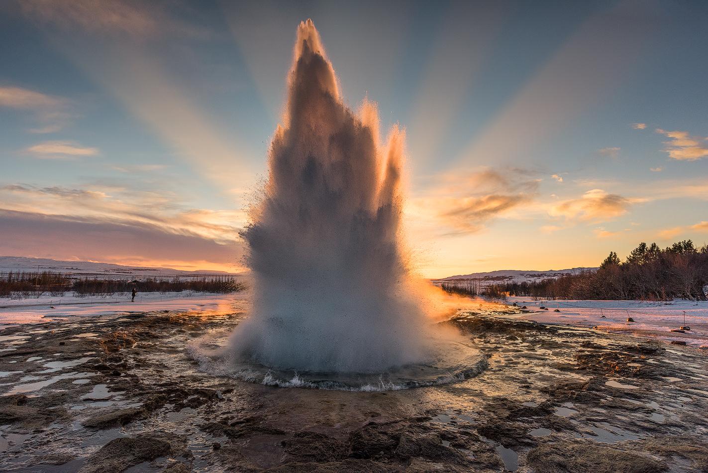 捕捉史托克间歇泉(Strokkur)在盖歇尔间歇泉(Geysir)地热区爆发的瞬间