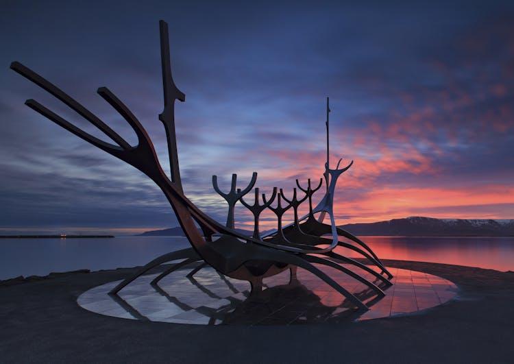 Die Skulptur Sun Voyager bei Sonnenuntergang. Dieses großartige Kunstwerk steht neben der Konzerthalle Harpa mitten in Reykjavík.