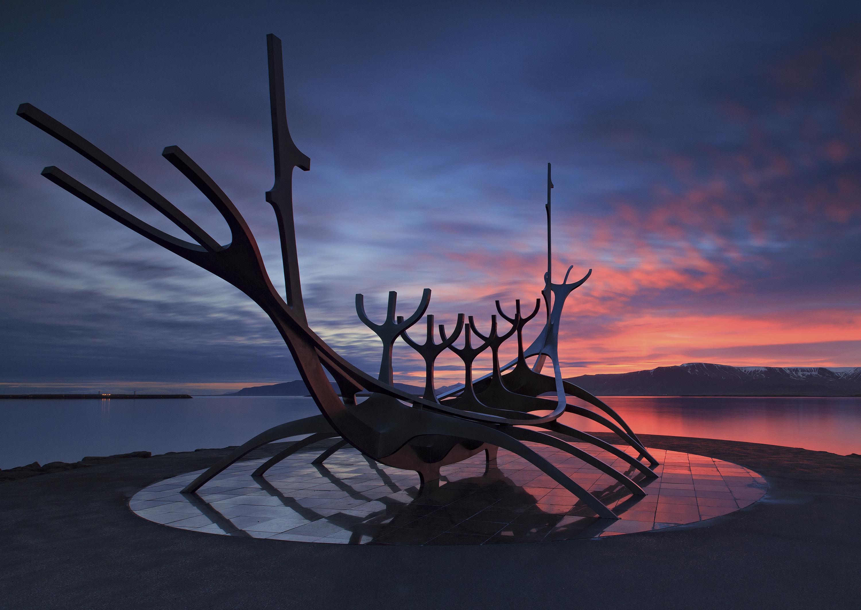 La sculpture Sun Voyager au coucher du soleil. Cette magnifique œuvre d'art se trouve à côté de la salle de concert Harpa, dans le centre-ville de Reykjavík.