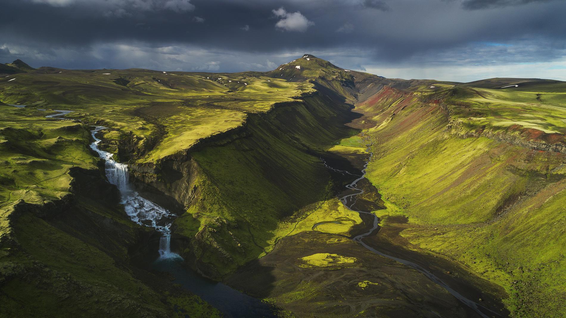 หุบเขาที่น่าตื่นตาในบริเวณที่ราบสูงไอซ์แลนด์.