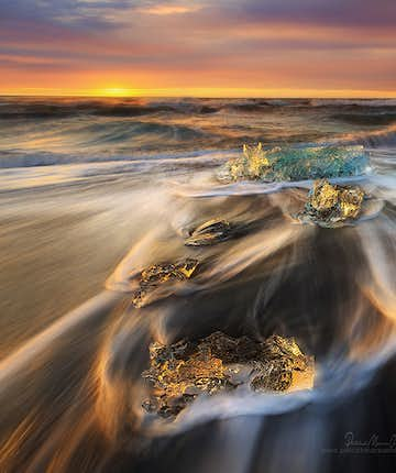 Observe the waves - Photo by Patrick Marson Ong