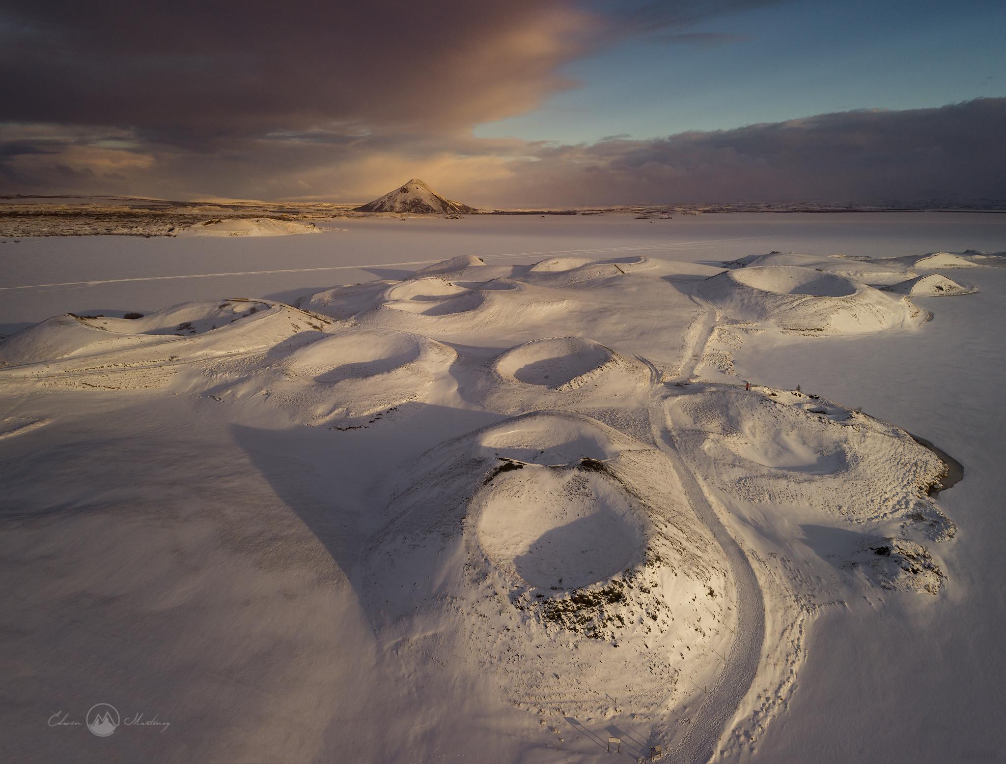 La cascade de Goðafoss prend l'apparence d'un monstre glacé et noueux en hiver.