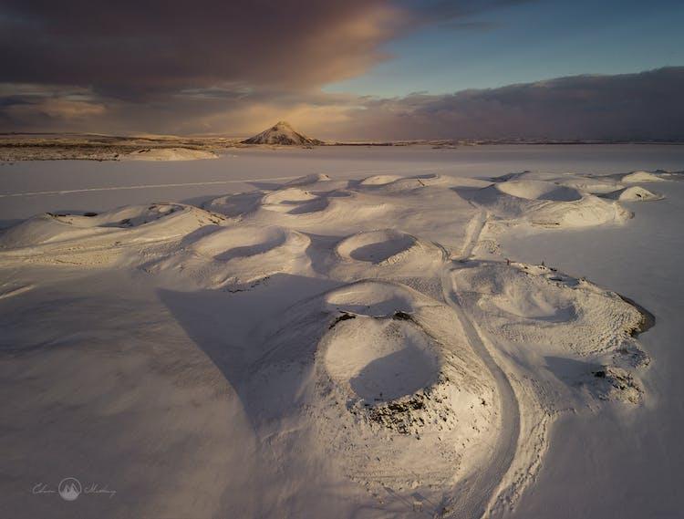 ประเทศไอซ์แลนด์ในช่วงฤดูหนาวถูกปกคลุมด้วยหิมะและน้ำแข็ง ทำให้ที่นี่เป็นสถานที่ที่เหมาะกับการถ่ายภาพสถานที่มาก.