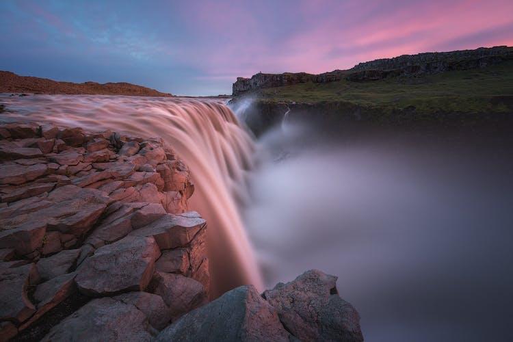 La poderosa cascada Dettifoss a menudo se considera la más poderosa de toda Europa.