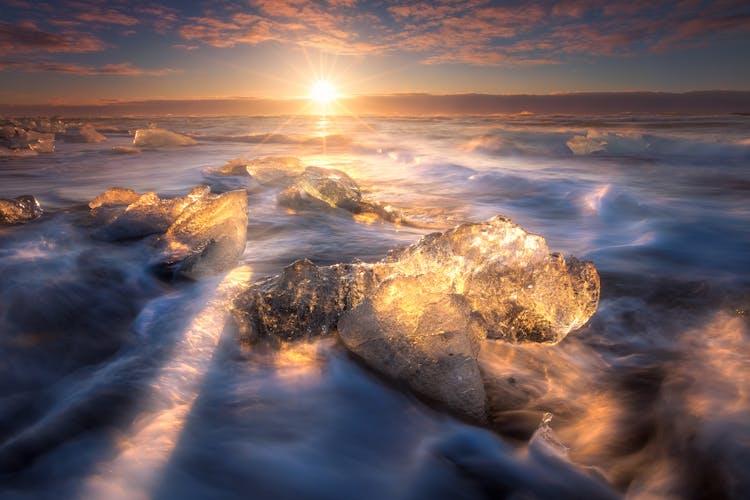 在冰岛南海岸的钻石沙滩被冲上岸的冰山。