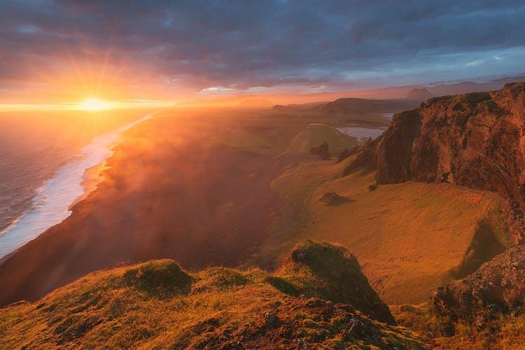 ดิร์โอลาเอย์เป็นแหลมในไอซ์แลนด์ใต้ ทำให้เกิดทิวทัศน์อันน่าเหลือเชื่อให้กับบริเวณโดยรอบ.