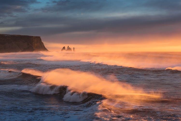 Die Reynisdrangar-Felsen stehen vor Islands atemberaubender Südküste.