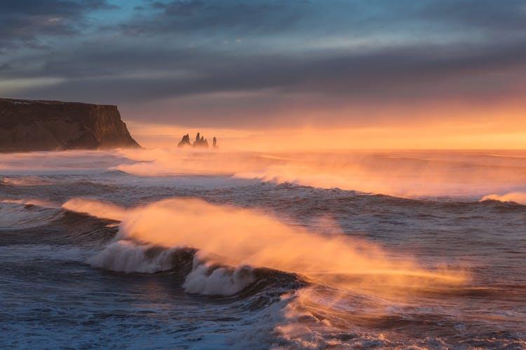 Las pilas marinas Reynisdrangar marcan la impresionante Costa Sur de Islandia.