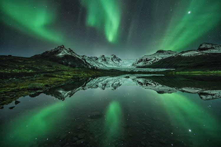 Bestaune die kristallklaren Brocken von Gletschereis am Diamantstrand.