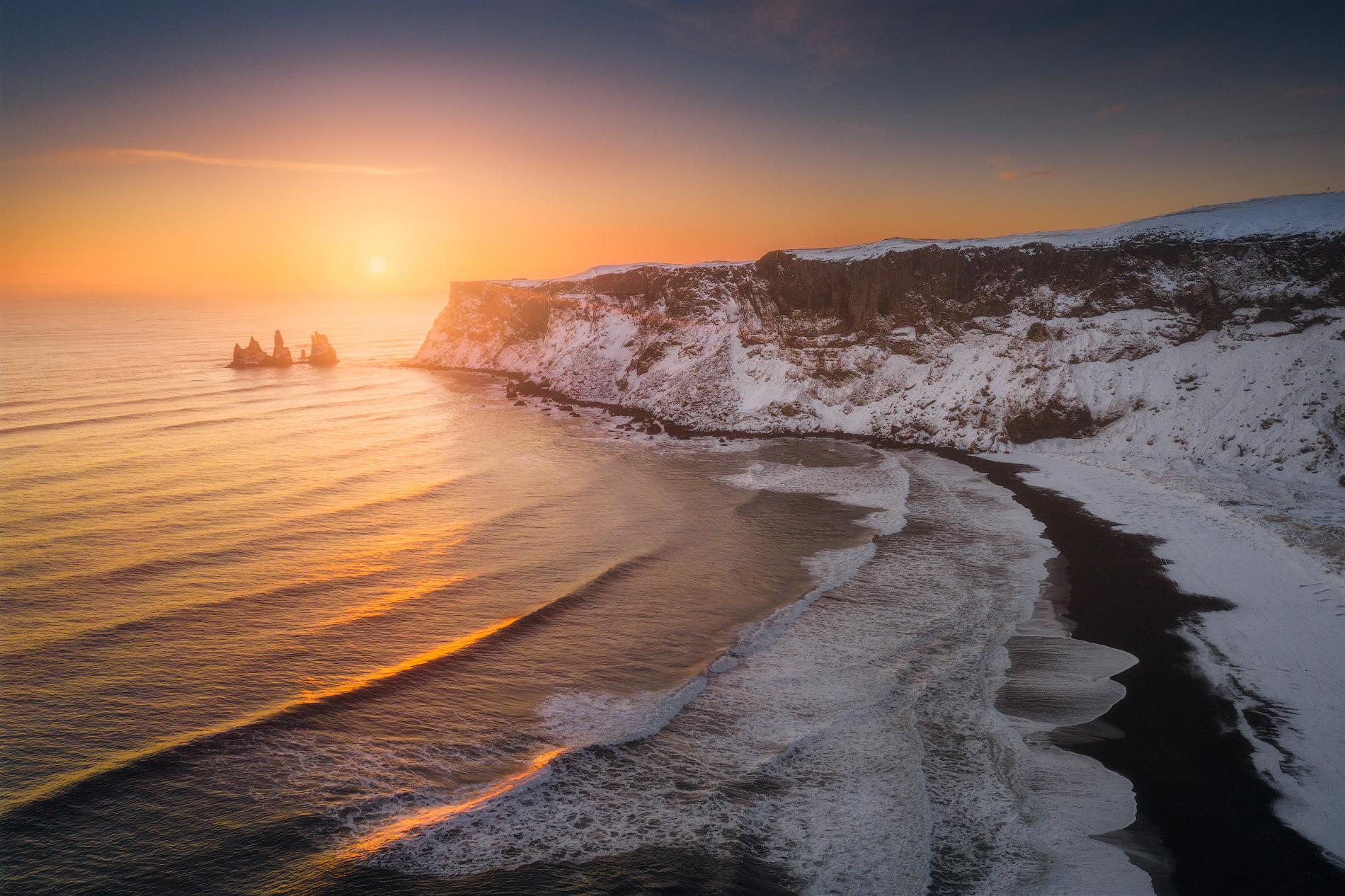 Le soleil se couche sur la magnifique côte sud de l'Islande.