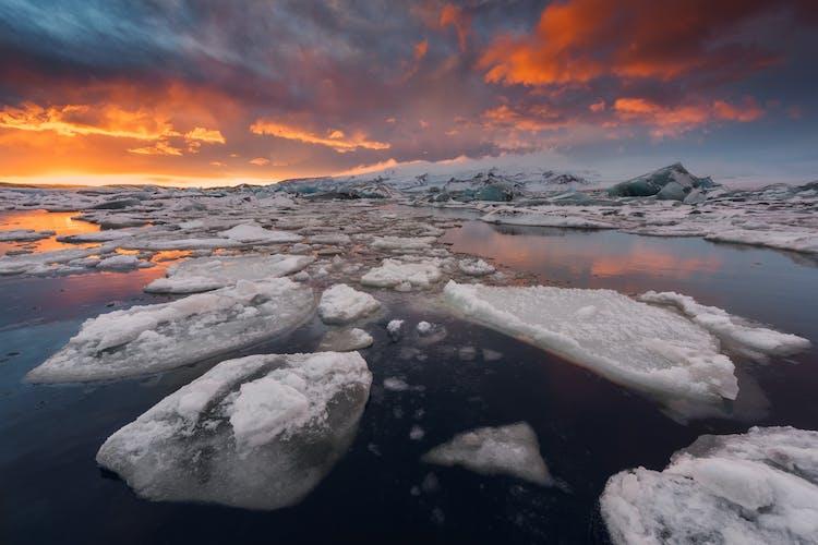 Die Eisberge der Gletscherlagune Jökulsárlón sind immer in Bewegung und schmelzen, sodass sich dir bei jedem Besuch ein neuer Anblick bietet.