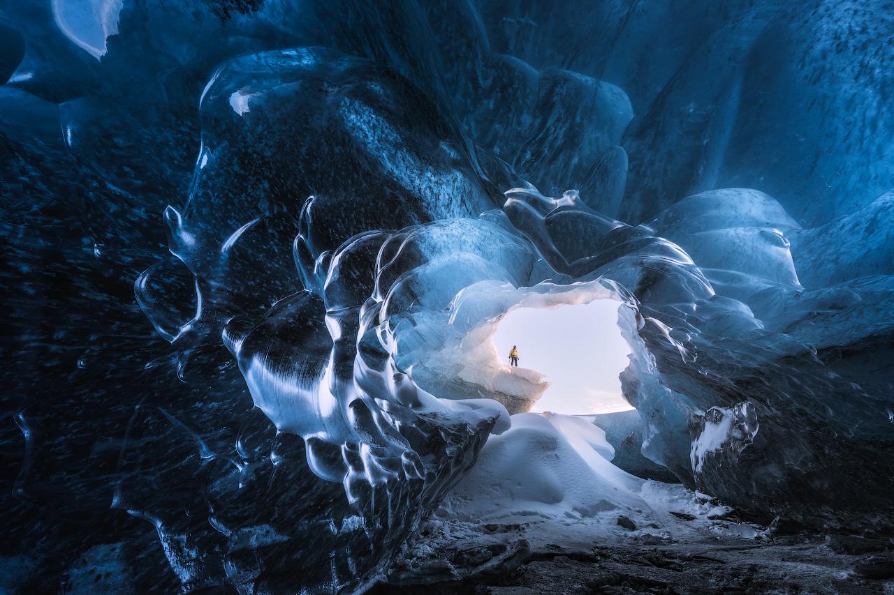 Betritt eine faszinierende Eishöhle und freue dich auf ein atemberaubendes Erlebnis und leuchtendblaues Eis, wie man es sich schöner nicht erträumen kann.